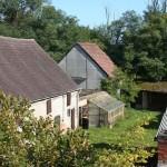 Bild von der Nordseite des Mühlenhofes mit alten Stallgebäuden und unserem kleinen Anzuchthaus.