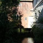 Bild vom Fluss unter dem Gebäude